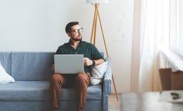 Hombre de negocios feliz del hombre, freelancer, estudiante que trabaja en el ordenador a imagen de archivo