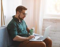 Hombre de negocios feliz del hombre, freelancer, estudiante que trabaja en el ordenador a imágenes de archivo libres de regalías
