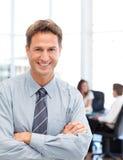 Hombre de negocios feliz delante de su trabajo en equipo Imagen de archivo libre de regalías
