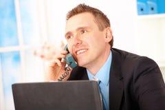 Hombre de negocios feliz en el teléfono imagenes de archivo