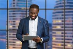 Hombre de negocios feliz en fondo del rascacielos Imagen de archivo libre de regalías