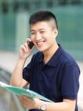 Hombre de negocios feliz en llamada de teléfono Imagen de archivo libre de regalías
