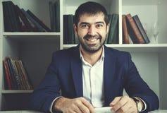 Hombre de negocios feliz en oficina foto de archivo