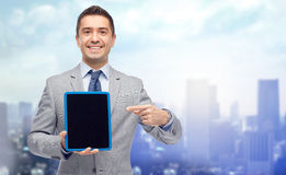 Hombre de negocios feliz en pantalla de la PC de la tableta de la demostración del traje Fotografía de archivo