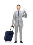 Hombre de negocios feliz en traje con el bolso del viaje Imágenes de archivo libres de regalías