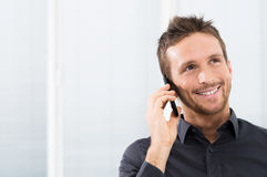 Hombre de negocios feliz On Mobile Phone Fotografía de archivo libre de regalías