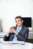 Hombre de negocios feliz pensativo At Desk imagen de archivo