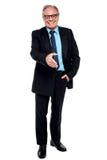 Hombre de negocios feliz que amplía su mano foto de archivo