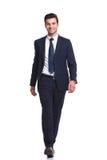 Hombre de negocios feliz que camina en el fondo blanco del estudio Foto de archivo libre de regalías