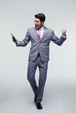 Hombre de negocios feliz que celebra su éxito Fotografía de archivo