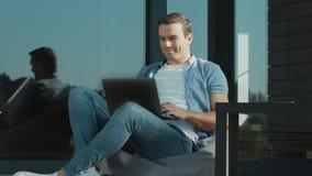 Hombre de negocios feliz que disfruta de triunfo Hombre del retrato que celebra metas de negocio almacen de video