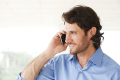 Hombre de negocios feliz que habla en el teléfono celular Imagenes de archivo