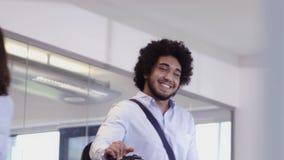 Hombre de negocios feliz que llega a la oficina en la bicicleta almacen de metraje de vídeo