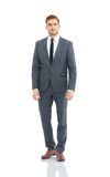 Hombre de negocios feliz que lleva los brazos permanentes y plegables grises del traje foto de archivo libre de regalías