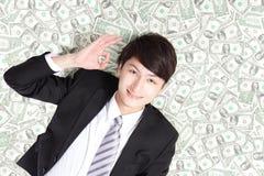 Hombre de negocios feliz que miente en cama del dinero imagenes de archivo
