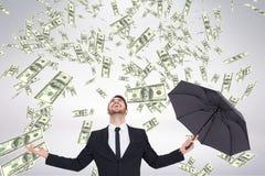 Hombre de negocios feliz que mira la lluvia del dinero contra el fondo blanco Fotos de archivo