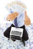 Hombre de negocios feliz que muestra el dinero y el pulgar para arriba Fotos de archivo libres de regalías