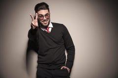 Hombre de negocios feliz que muestra la muestra de la victoria fotos de archivo