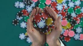 Hombre de negocios feliz que muestra microprocesadores antes de la cámara, juego que gana del jugador del casino almacen de metraje de vídeo