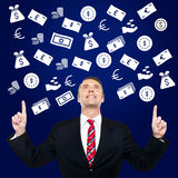Hombre de negocios feliz que muestra moneda fotos de archivo libres de regalías