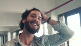 Hombre de negocios feliz que ríe en café almacen de video