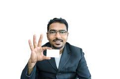 hombre de negocios feliz que sostiene la tarjeta en blanco Imagenes de archivo
