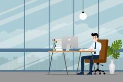 Hombre de negocios feliz que trabaja en un de computadora personal, sentándose en una silla de cuero marrón detrás del escritorio Foto de archivo