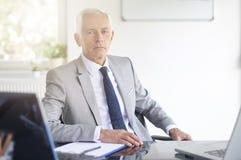 Hombre de negocios financiero del consejero que trabaja en la oficina fotos de archivo libres de regalías