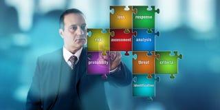 Hombre de negocios Focussing On un rompecabezas de la evaluación de riesgos Fotos de archivo libres de regalías