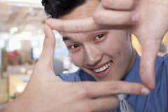 Hombre de negocios Framing His Face Fotografía de archivo libre de regalías