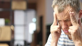 Hombre de negocios frustrado con un dolor de cabeza, dolor en la cabeza, carga de trabajo almacen de video
