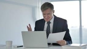 Hombre de negocios frustrado Working en documentos, papeleo almacen de video