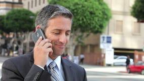 Hombre de negocios fuera de la oficina en el teléfono móvil metrajes