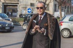 Hombre de negocios fuera del edificio del desfile de moda de Armani para la semana 2015 de la moda de Milan Men Imágenes de archivo libres de regalías