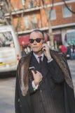 Hombre de negocios fuera del edificio del desfile de moda de Armani para la semana 2015 de la moda de Milan Men Foto de archivo