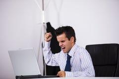 Hombre de negocios furioso en su oficina fotografía de archivo libre de regalías