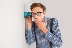 Hombre de negocios Geeky que escucha detras de las puertas con la taza Imagenes de archivo