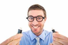 Hombre de negocios Geeky que sostiene dos cables Imágenes de archivo libres de regalías