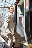 Hombre de negocios Getting On Train en la plataforma Imagen de archivo