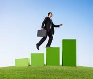 Hombre de negocios Goes Up en un gráfico de barra Imágenes de archivo libres de regalías