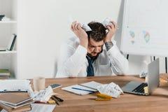 hombre de negocios gordo cansado que se sienta en el lugar de trabajo imagen de archivo libre de regalías