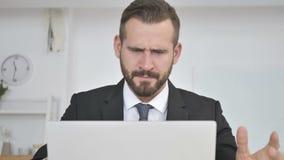Hombre de negocios de griterío frustrado Going Crazy en el trabajo almacen de video