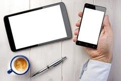 Hombre de negocios Hand Ballpoint de Smartphone del café de la tableta Fotos de archivo libres de regalías