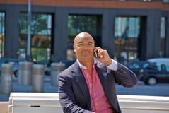 Hombre de negocios hermoso con el teléfono Foto de archivo libre de regalías