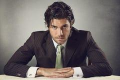 Hombre de negocios hermoso con los ojos resueltos Foto de archivo