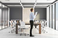 Hombre de negocios hermoso In Conference Room ilustración del vector