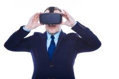 Hombre de negocios hermoso confiado que sostiene los vidrios 3d Imagen de archivo libre de regalías