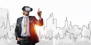 Hombre de negocios hermoso contra salida del sol sobre ciudad que experimenta realidad virtual impresionante imágenes de archivo libres de regalías
