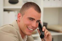 Hombre de negocios hermoso en el teléfono Foto de archivo libre de regalías