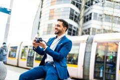 Hombre de negocios hermoso en el traje al aire libre imágenes de archivo libres de regalías